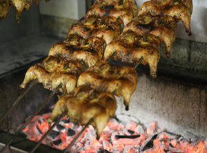 Spada su cui vengono cotti i galletti alla brace del Chicken House sul churrasco.